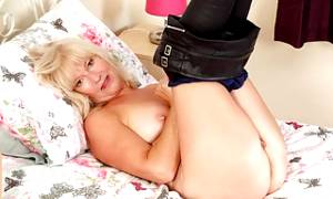 English gilf Sapphire Louise still loves fingering her fanny